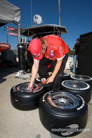 Un membre de l'équipe Ganassi Racing prépare les pneus