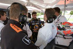 Alex Tagliani discute avec son équipe