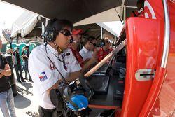 Les membres de l'équipe Ganassi Racing observent les qualifications