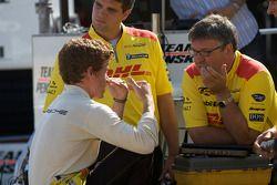 Patrick Long discusses with Penske Racing team members