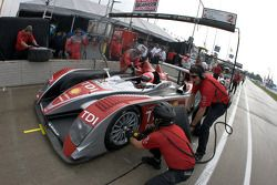 Tire change on #2 Audi Sport North America Audi R10 TDI: Lucas Luhr, Marco Werner as the rain starts to fall