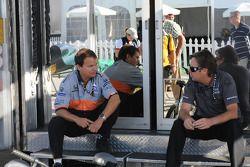 Jimmy Vasser en discussion avec un membre de l'équipe