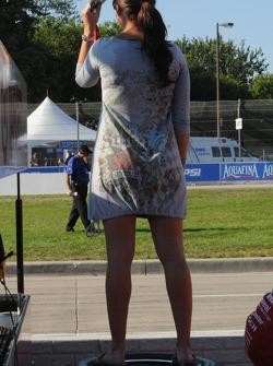 Une jolie femme dans les stands