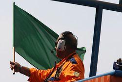 Le drapeau vert est agité au début de la séance