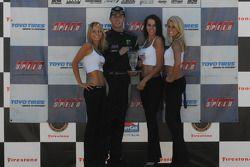 Brandon Davis reçoit son trophée de la troisième place