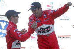 Sur le podium: Helio Castroneves et Ryan Briscoe