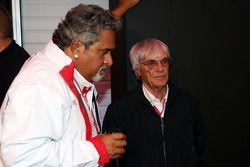 Vijay Mallya, Force India F1 Team, propietario y director de Kingfisher con Bernie Ecclestone