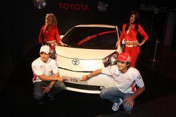 Jarno Trulli, Toyota Racing y Timo Glock, Toyota F1 Team con un Toyota IQ
