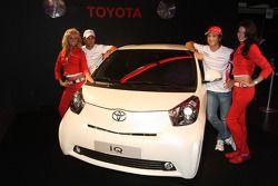 Timo Glock, Toyota F1 Team y Jarno Trulli, Toyota Racing con un Toyota IQ