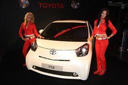 Chicas con un Toyota IQ
