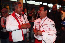 Vijay Mallya, Force India F1 Team, propietario y CEO de Martín pescador y George Tadashi Yamashina,