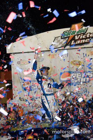 Victory lane : le vainqueur Jimmie Johnson fête sa victoire