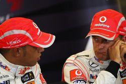 Conferencia de prensa posterior calificación: ganador de la pole Lewis Hamilton, Heikki Kovalainen e
