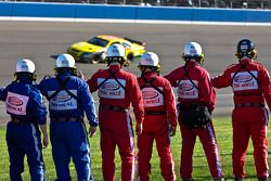 L'équipe de sécurité montre son soutien avant le Pepsi 500