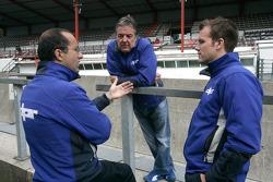 David Price, en discussions avec Leon Price, et un ingénieur de DPR