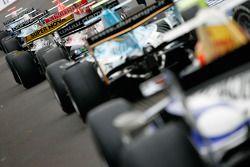 Les voitures de GP2 attendent pour sortir de la voie des stands