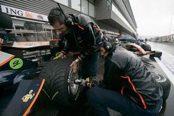 Les mécaniciens de Trident Racing installent des pneus pluie sur la voiture de Mike Conway