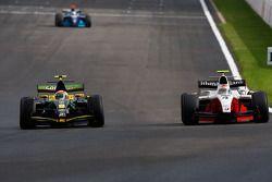 Romain Grosjean dépasse Alvaro Parente pour prendre la tête de la course