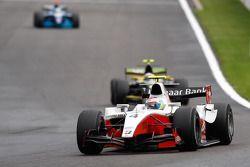 Romain Grosjean devant Alvaro Parente