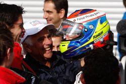 Romain Grosjean fête sa victoire avec son équipe