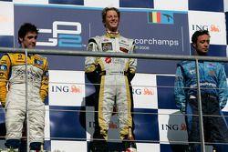 Romain Grosjean fête sa victoire sur le podium avec Alvaro Parente et Andreas Zuber