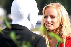 Una chica hablando con un Saltarín
