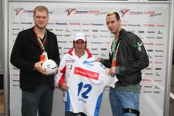 Pascal Hens y Johannes Bitter con Timo Glock, Toyota F1 Team
