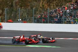Lewis Hamilton, McLaren Mercedes hace una jugada para superar a Kimi Raikkonen, Scuderia Ferrari F20