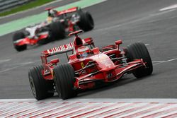 Kimi Raikkonen, Scuderia Ferrari, F2008 y Lewis Hamilton, McLaren Mercedes