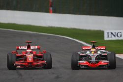 Kimi Raikkonen, Scuderia Ferrari F2008 supera a Lewis Hamilton, McLaren Mercedes MP4-23