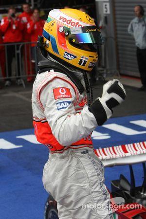 Ganador de la carrera Lewis Hamilton celebra