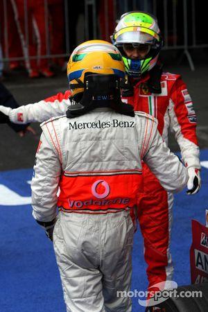Ganador de la carrera Lewis Hamilton celebra con segundo lugar Felipe Massa