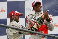 Podio: Lewis Hamilton y Nick Heidfeld con champagne