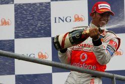 Podio: Lewis Hamilton con champagne