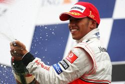 Podio: Lewis Hamilton spray de champagne