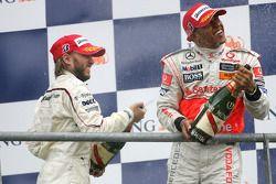 Podio: Lewis Hamilton y Nick Heidfeld con spray de champagne