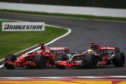 Lewis Hamilton, McLaren Mercedes sorpassa Kimi Raikkonen, Scuderia Ferrari, F2008