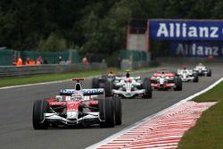 Jarno Trulli, Toyota Racing devant Rubens Barrichello, Honda Racing F1 Team