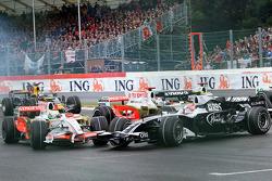 Giancarlo Fisichella, Force India F1 Team, VJM-01 crashes into Kazuki Nakajima, Williams F1 Team