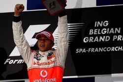 Podio: ganador de la carrera Lewis Hamilton celebra