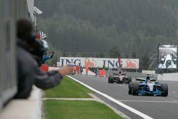 Pastor Maldonado passe la ligne et remporte la victoire