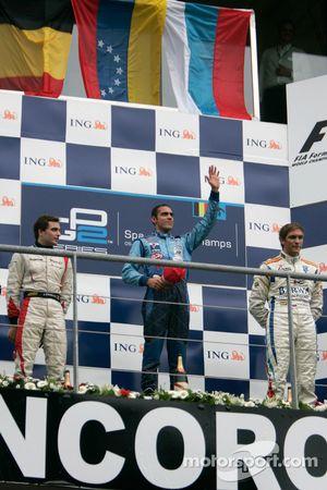 Pastor Maldonado fête sa victoire sur le podium avec Jérôme D'Ambrosio et Vitaly Petrov