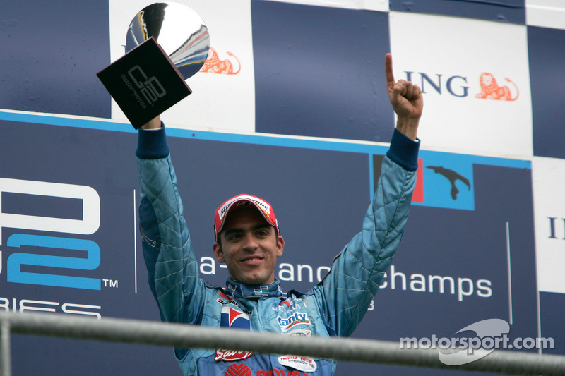 Pastor Maldonado fête sa victoire sur le podium