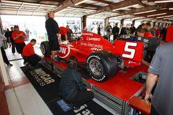 Inspection pour la voiture #5 d'Oriol Servia