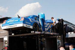 L'équipe #12 charge la voiture après la course