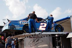 L'équipe #2 charge la voiture après la course