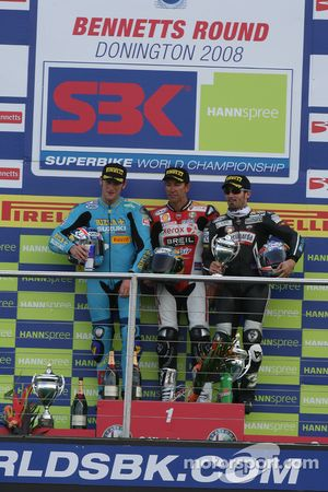 Tom Sykes, Troy Bayliss et Max Biaggi sur le podium de la première course