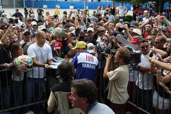 Valentino Rossi firma autógrafos para los fans