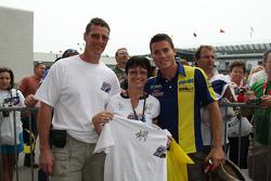 Фанат позирует с футболкой Red Bull Indianapolis GP подписанной пилотом Tech 3 Yamaha Джеймсом Тоузлендом