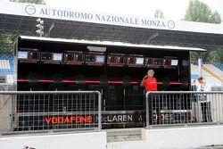 Le poste de contrôle aux stands McLaren Mercedes